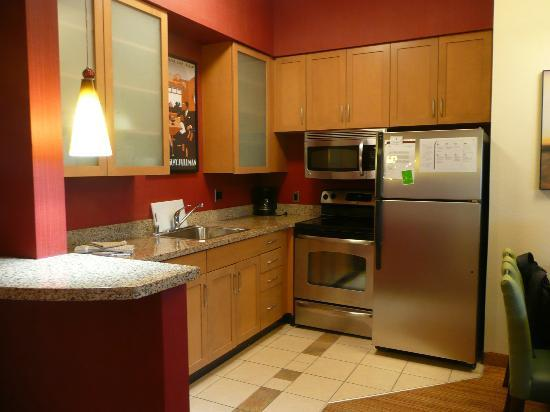 Residence Inn Albuquerque Airport: Nice little kitchen