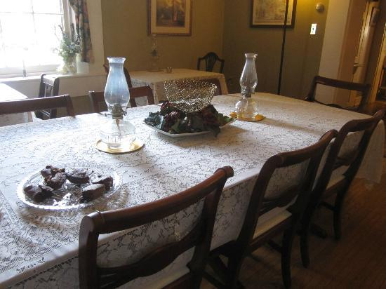 Carriage Inn Bed and Breakfast: The dining room (with brownies waiting) in the afternoon...