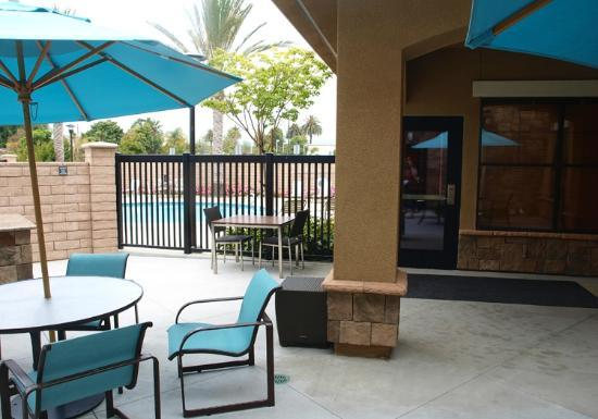 Residence Inn by Marriott Camarillo: Dining BBQ area by the pool