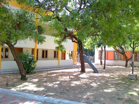 Tiruchendur, الهند: TTDC Hotel Tiruchendur view of the ground and the new block