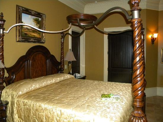 CastlePost: Our canopy bed.