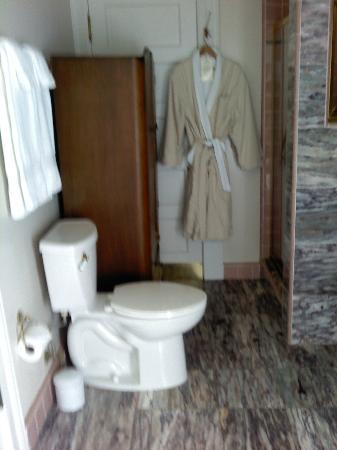 Amber House Bed and Breakfast Inn: Marble bathroom in the Vivaldi room. AMAZING robes.