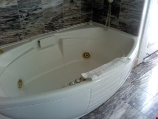 Amber House Inn of Midtown: Jacuzzi Tub in the Vivaldi Marble Bathroom.