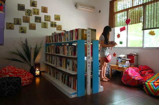 Yangshuo Houyuan Hostel: bibliotheca