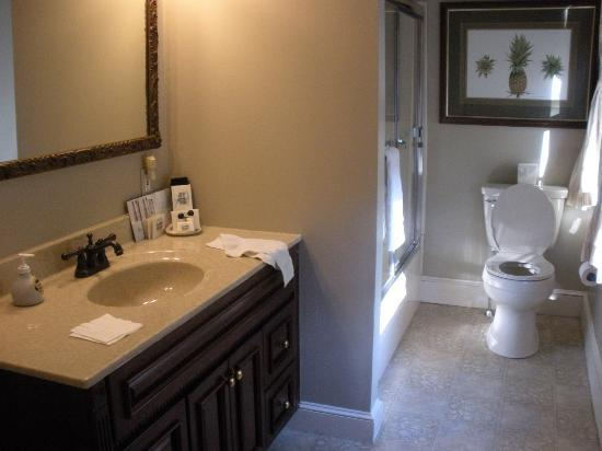 Candleberry Inn on Cape Cod: Modern bathroom in suite