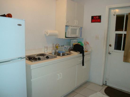 Harbour View Apartments and Studios : Front Door - Kitchen and Microwave