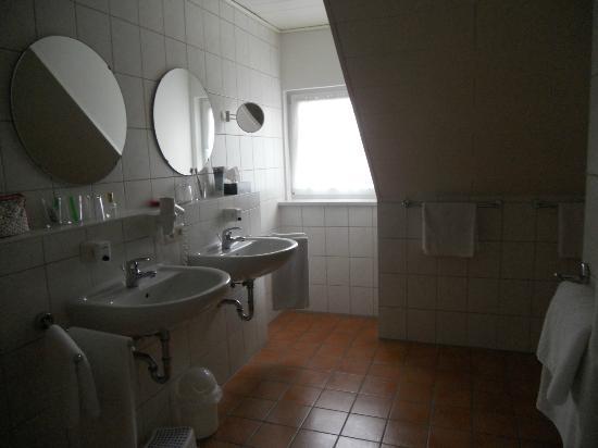 Hotel Bettina: Perfino il doppio lavandino e lo specchio per il trucco!