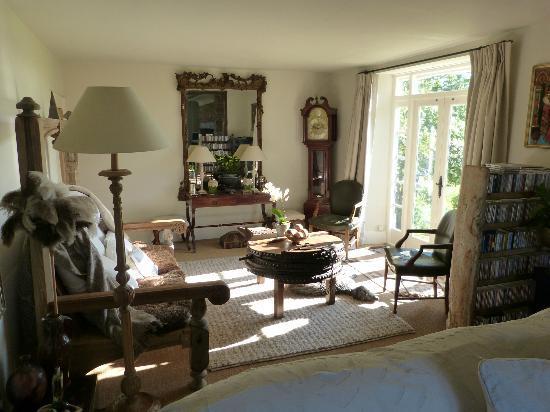 Boonshill Farm: Living room - dogs enjoying the sunshine!