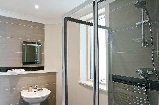 Your Space Cambridge Apartments Byron House: Sleek shower room