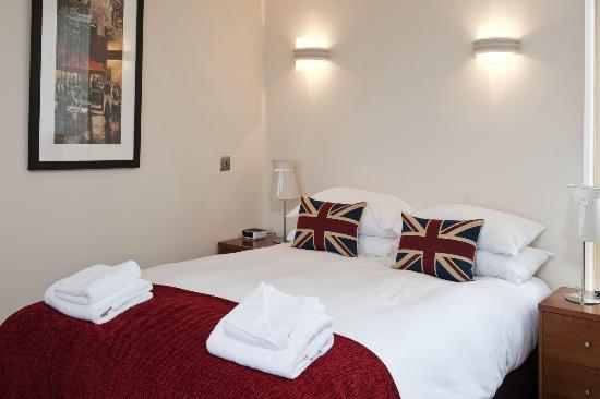 Your Space Cambridge Apartments Byron House: Sleep sound in Hypnos beds