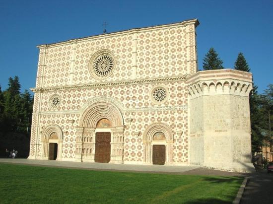 L'Aquila, Italie : Facciata basilica