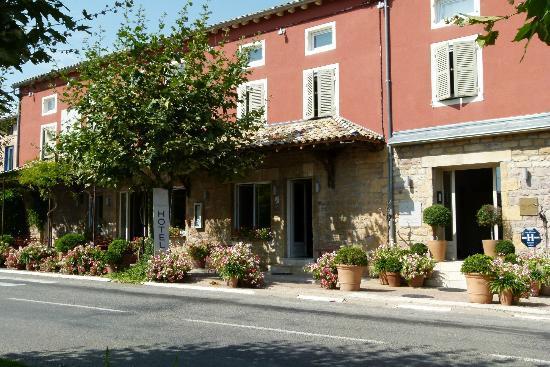 """Vue de l'hôtel-restaurant """"L'Auberge du Paradis"""" à St Amour"""
