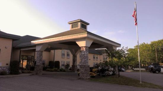 Magnuson Grand Hotel Lakefront Paradise: The hotel entrance.