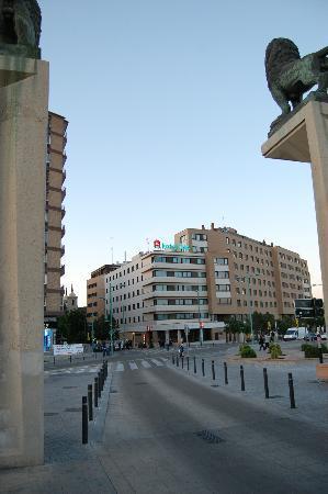 Ibis Zaragoza Centro: View of the hotel from the bridge