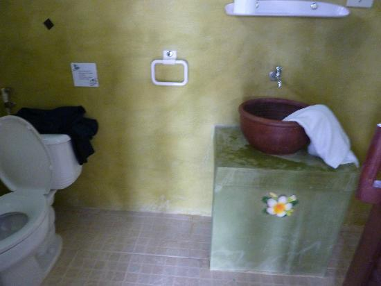Sabaii Bay Resort: bungalow bathroom