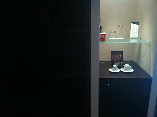 Czar Lisbon Hotel: Cafetera, minibar y armario descubierto