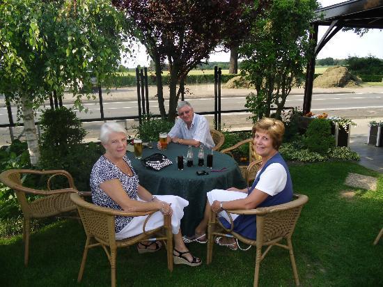 In den Hoof Hotel-Restaurant : Enjoying a drink in the enclosed garden