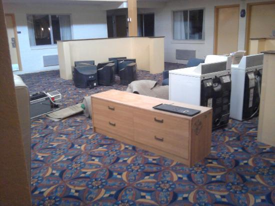 Grand Texan Hotel & Convention Center: Trash in Executive area. Note the A/C exhausts venting into the room