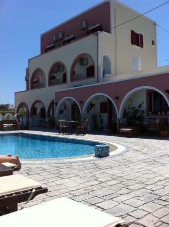 Koronios Villa: hotellet från poolområdet