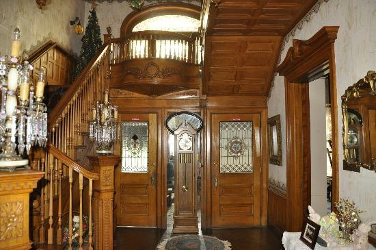 Shearer Elegance Bed and Breakfast: beautiful staircase