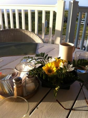 Elizabeth Pointe Lodge: breakfast on the porch