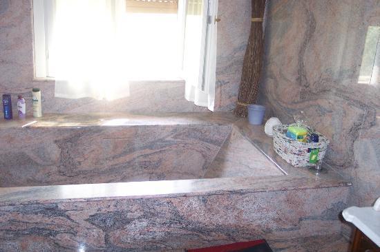 Nel Parco: vasca di marmo
