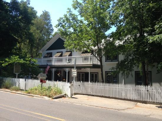 Khardomah Lodge: outside of lodge