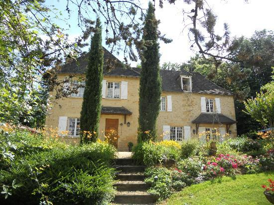 Le Domaine des Ecureuils: The front of the house, such a beautiful place