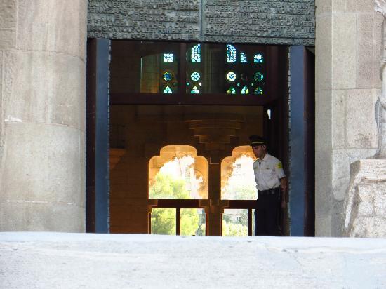 Tour With Japanese Guide: サグラダファミリア教会の人の姿のないエントランス
