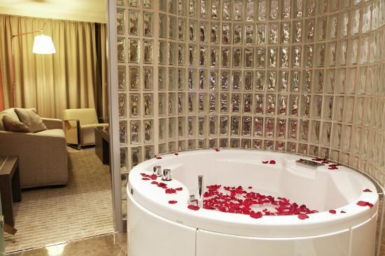 Starling Geneva Hotel & Conference Center: Bathroom - Junior Suite