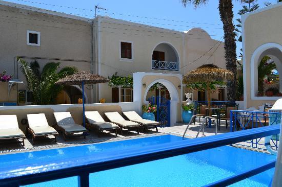 Dioskouri Art Villas: Billede af udgangen fra hotellet.