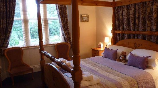 Chestnuts Guest House: Room with four-poster bed on first floor