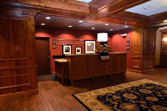 Hampton Inn & Suites New Hartford: Front Desk
