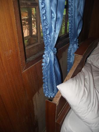كانتيانج باي فيو ريزورت: Headboard and unvarnished wall, gaps in window frame