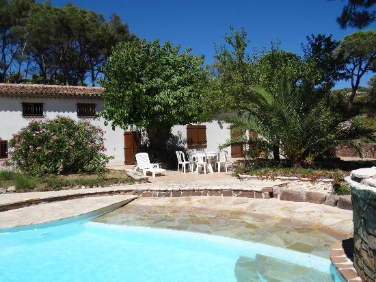 Villa Izamée : La piscine et la maison d' hôtes
