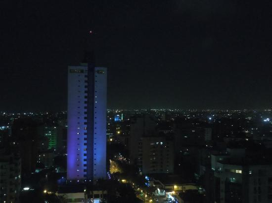 NH Collection Barranquilla Smartsuites Royal: Night view from rooftop pool area