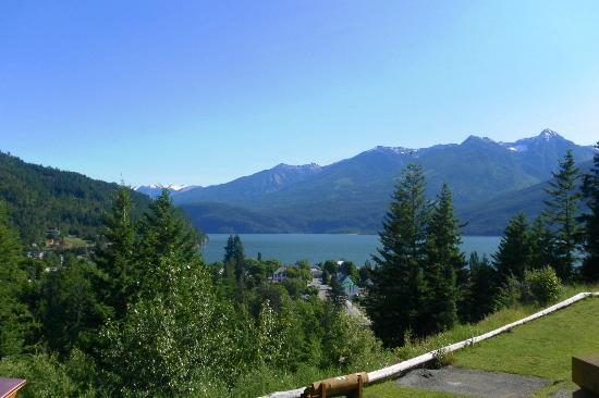 Ainsworth Motel : breakfast view from the deck of the Kaslo golf course.