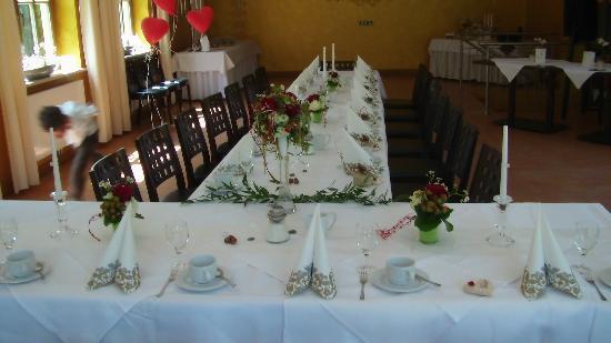 Hotel Goldener Hirsch: Hochzeitstisch im Wintergarten