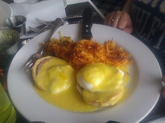 JJ Astor Restaurant & Lounge: Eggs Benedict on a Thursday morning