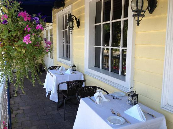 Harbor Mist Restaurant: Outdoor seating with bay view