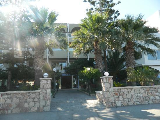 Sirene Beach Hotel: Vista frontale dell'hotel
