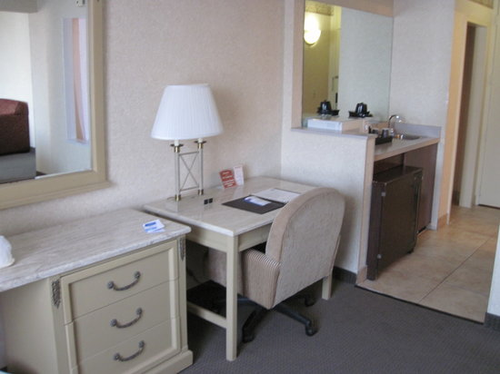 Comfort Inn Downtown: The desk and fridge