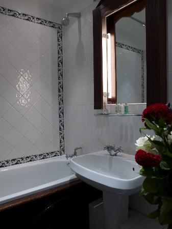 London Lodge Hotel: Standard bathroom