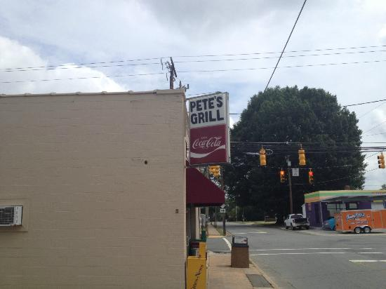 Pete's Grill: Pete's Sign