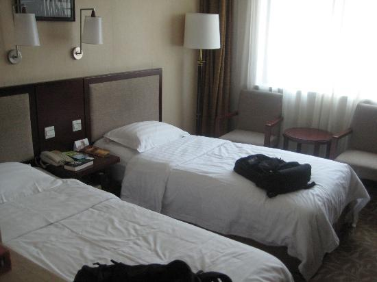 Chongwenmen Hotel: Twin bed room and very, very firm beds