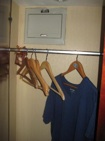 Chongwenmen Hotel: A very small closet near the door