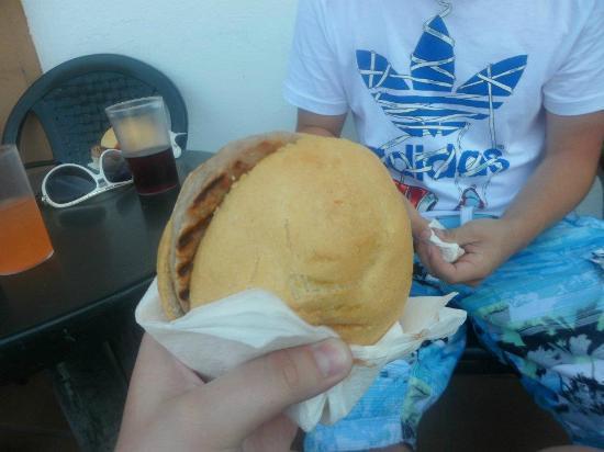 Santa Susanna Resort: Pool side bar burger