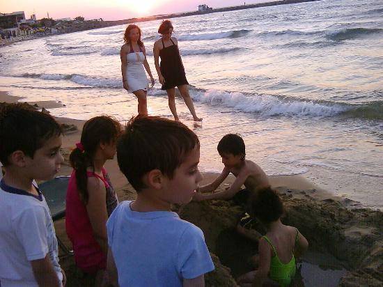 Galaxy Hotel Iraklio: Kids playing with local Greece mates