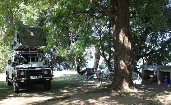 Mvuu Lodge : Grant (our landrover) at Elly camp site
