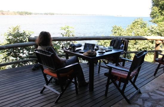 Mvuu Lodge : Relaxing at the restaurant area